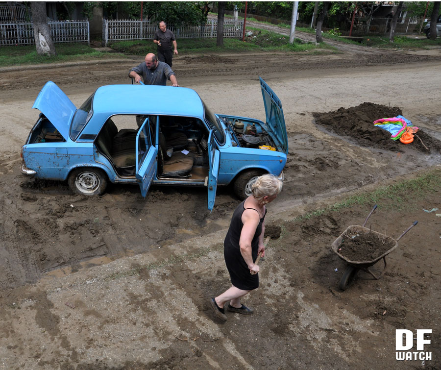 Residents of Senaki cleaning mud after heavy rain (DFWatch photo)