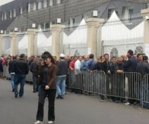 queue_at_president_palace