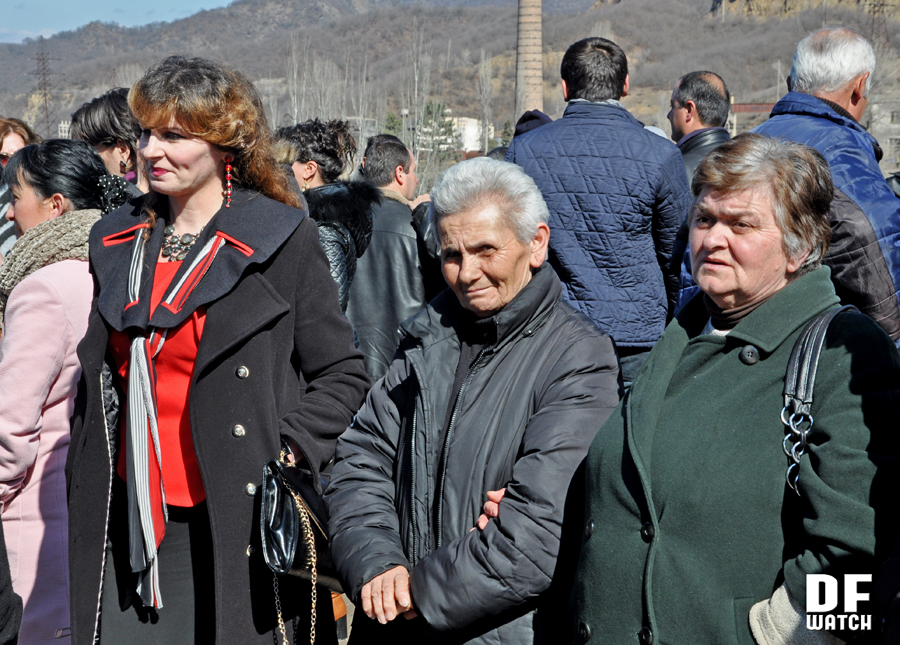 Lili Kaplanishvili (center) is a teacher of elementary school expressing solidarity to workers (DF Watch)