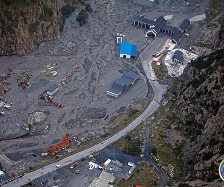 Dariali_landslide_Larsi_border_crossing_Crop