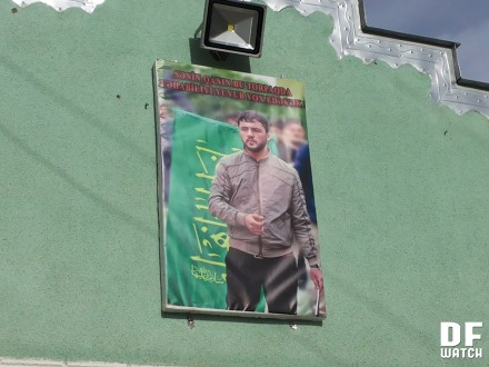 Banner in front of the Shia mosque saying 'Your blood will annihilate Wahhabism and wash it off this land' (DFWatch)