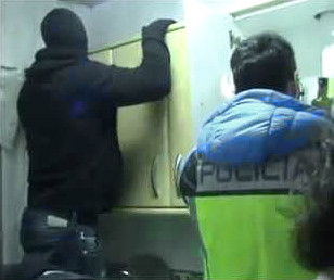 police_in_spain_search_house_robbery_gang