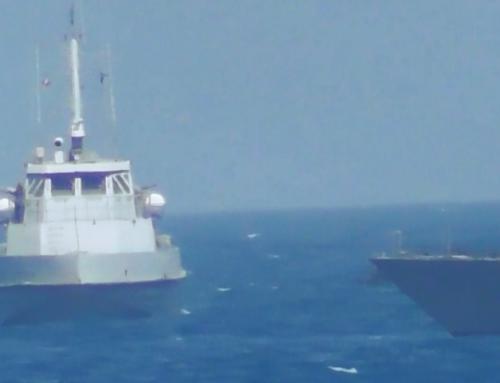 ვიდეო: ამერიკული სამხედრო ხომალდი ირანულ კატარღას გამაფრთხილებელ ცეცხლს უხსნის